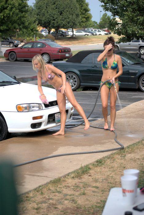 Симпатичные девчонки работают на автомойке (98 фото)
