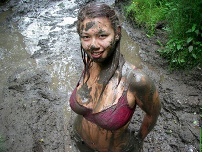 Сексуальные девушки по колено в грязи в грязи (40 фото)