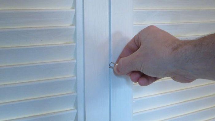 Открываем дверь при помощи скрепки (48 фото)