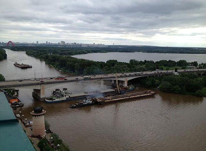 Москва-река была перекрыта сухогрузом (5 фото)