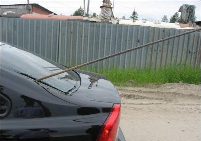 Водитель не заметил торчащую арматуру (7 фото)
