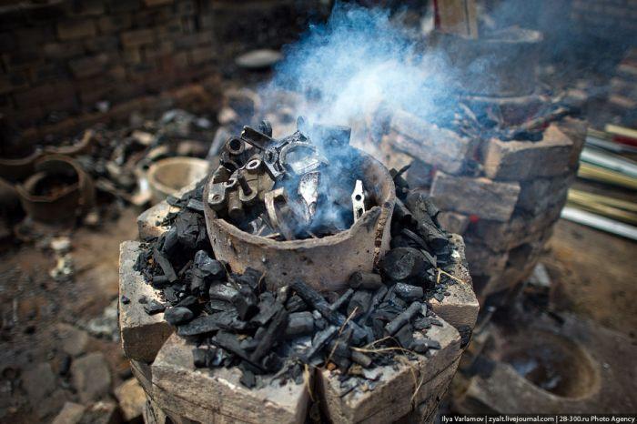 Производство кастрюль своими руками на Мадагаскаре (21 фото)
